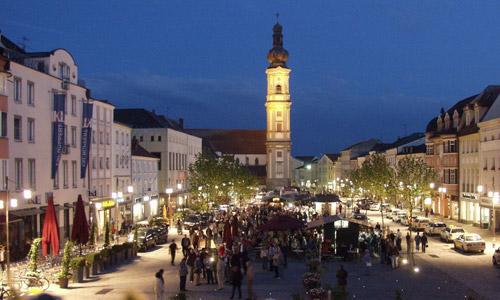 Deggendorf Luitpoldplatz Bei Nacht Foto Stadt Deggendorf